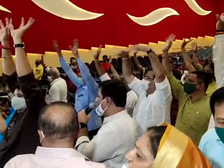 રાજકોટમાં જનરલ બોર્ડ તોફાની બની, પેવર બ્લોક મુદ્દે આમને-સામને, ભાજપના નેતાએ આક્ષેપ કર્યો કે વગ ધરાવતા કોર્પોરેટરનાં કામ પહેલા થાય છે|રાજકોટ,Rajkot - Divya Bhaskar