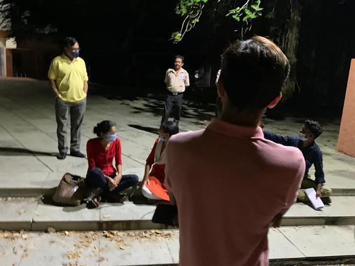 સૌરાષ્ટ્ર યુનિવર્સિટીના PhDની એન્ટ્રસ એક્ઝામ ફરીથી લેવાની માગ સાથે વિદ્યાર્થીએ મોડી રાત સુધી આંદોલન ચાલુ રાખ્યું રાજકોટ,Rajkot - Divya Bhaskar