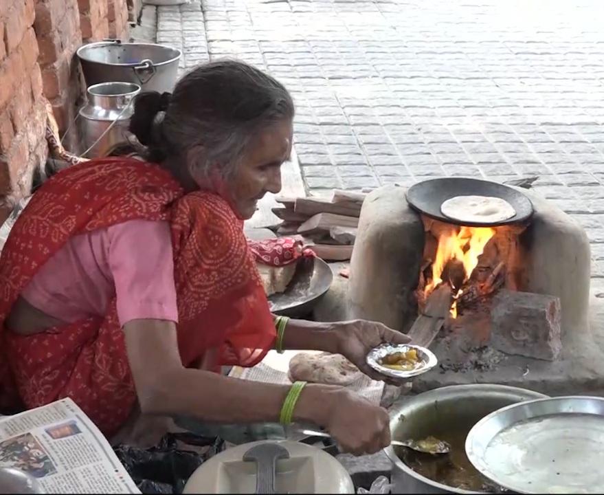 બાબા કા ઢાબા બાદ 80 વર્ષના રોટી વાલી અમ્મા સોશિયલ મીડિયામાં છવાયાં|ઈન્ડિયા,National - Divya Bhaskar