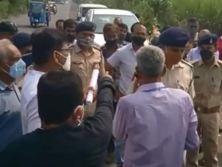 સુરતમાં રેલવે-ટ્રેક બનાવવાની કામગીરી ખેડૂતોએ અટકાવી, પોલીસ અને રેલવે અધિકારીઓનો ઘેરાવ, રામધૂન બોલાવી સુરત,Surat - Divya Bhaskar