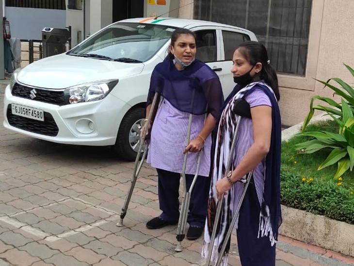 બે દિવ્યાંગ મહિલા કે જે હીરાની ફેકટરીમાં કામ કરે છે; પિતાના મોત પછી ઘર ચલાવવા શરૂ કર્યુ હતું કામ|ઓરિજિનલ,DvB Original - Divya Bhaskar