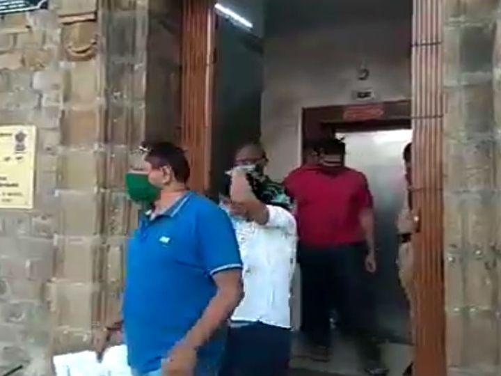 અધિકારીઓએ સિવિલ ડ્રેસમાં આરોપીઓને રંગે હાથ પકડ્યા હતા