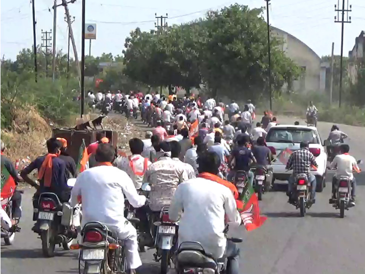500 બાઈક સાથે કાર્યકરો રેલીમાં જોડાયા હતા અને એક પણ કાર્યકરે હેલ્મેટ પહેર્યુ નહોતું