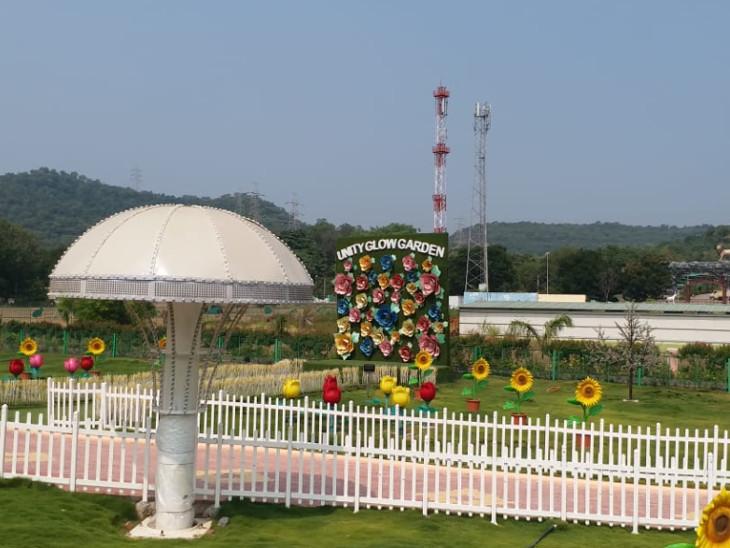 ગ્લો ગાર્ડનમાં વિવિધ જાતના ફુલો લગાવવામાં આવ્યા છે.