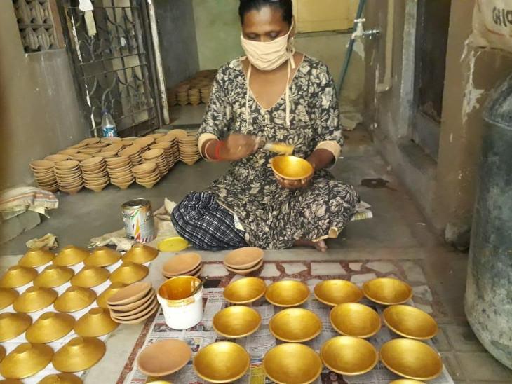 દીવડાઓ પેઇન્ટ કરાવી 200 જેટલી મહિલાને રોજગારી આપવામાં આવી.
