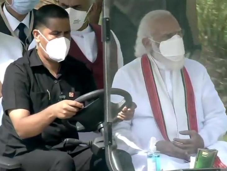 આરોગ્ય વનની મુલાકાત લઈ રહેલા PM મોદી.