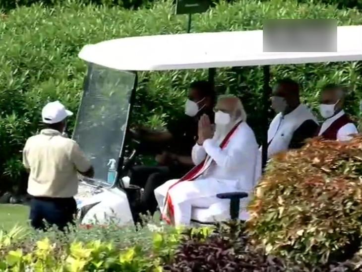 આરોગ્ય વનમાં ગાઇડે PM મોદીને માહિતી આપી હતી.
