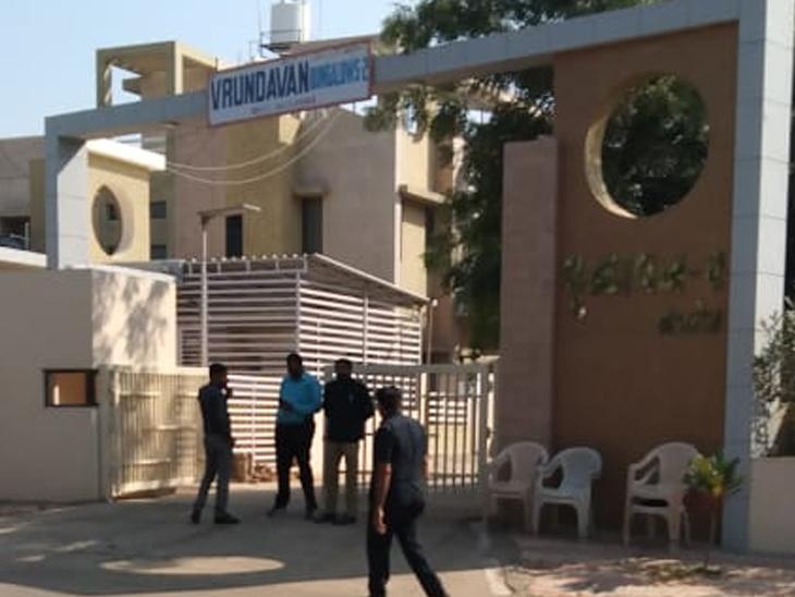 હીરાબાના ઘરે સિવિલ ડ્રેસમાં પોલીસ બંદોબસ્ત