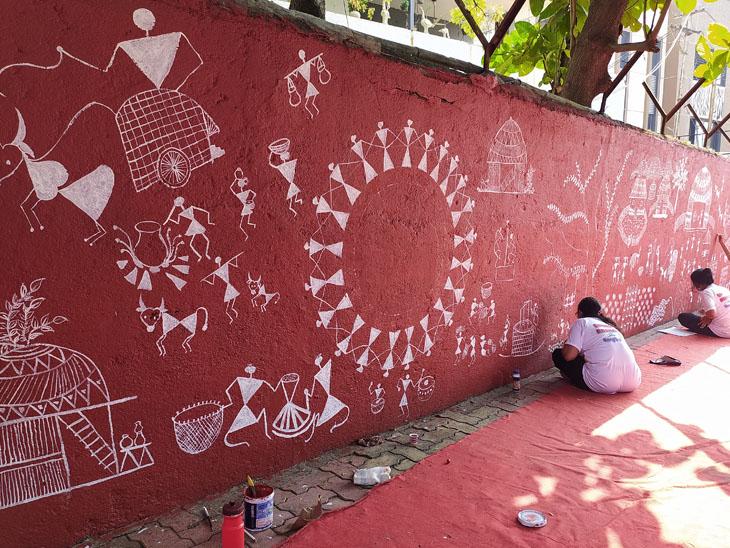 બારડોલી 6 દીકરીએ 3 કલાકમાં 300 સ્ક્વેર ફૂટનું વારલી પેઈન્ટિંગ કરી રેકોર્ડ બનાવ્યો બારડોલી,Bardoli - Divya Bhaskar