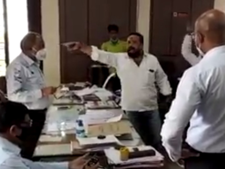 આરોગ્ય અધિકારી પર શાહી ફેંકાયા બાદ અન્ય અધિકારીઓએ સંગઠનના લોકોને ઓફિસ બહાર ખસેડયાં હતાં.