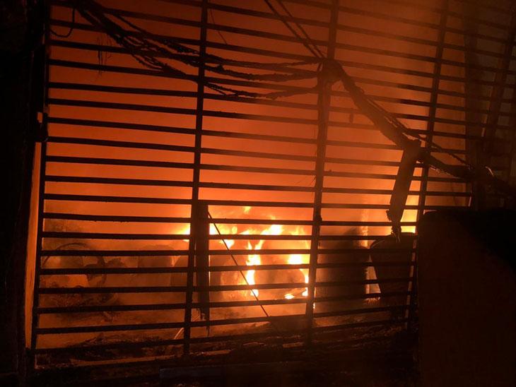 તરસાડીની ફેક્ટરીના ગોડાઉનમાં લાગેલી આગ 12 કલાકે કાબૂમાં, ફેક્ટરીના બંધ ગોડાઉનમાં આગ લાગતા મોટી જાનહાની ટળી મહુવા,Mahuva - Divya Bhaskar