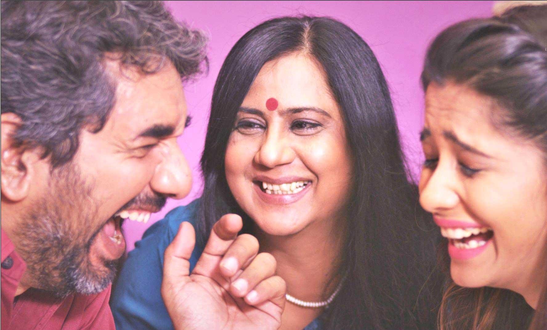 ફિલ્મ 'વિટામિન શી'ના એક સીનમાં આશિષ કક્કડ, કુમકુમ દાસ તથા ભક્તિ કુબાવત