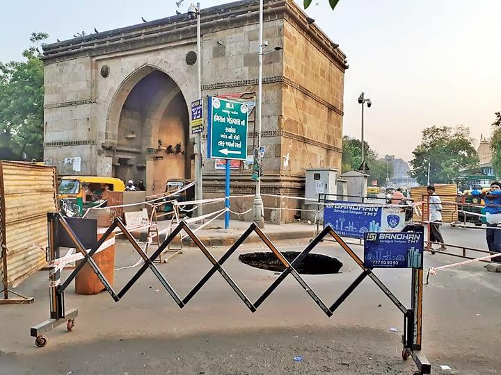 જમાલપુરમાં હેરિટેજ દરવાજા પાસે 10 ફૂટ ઊંડો ભૂવો પડ્યો અમદાવાદ,Ahmedabad - Divya Bhaskar