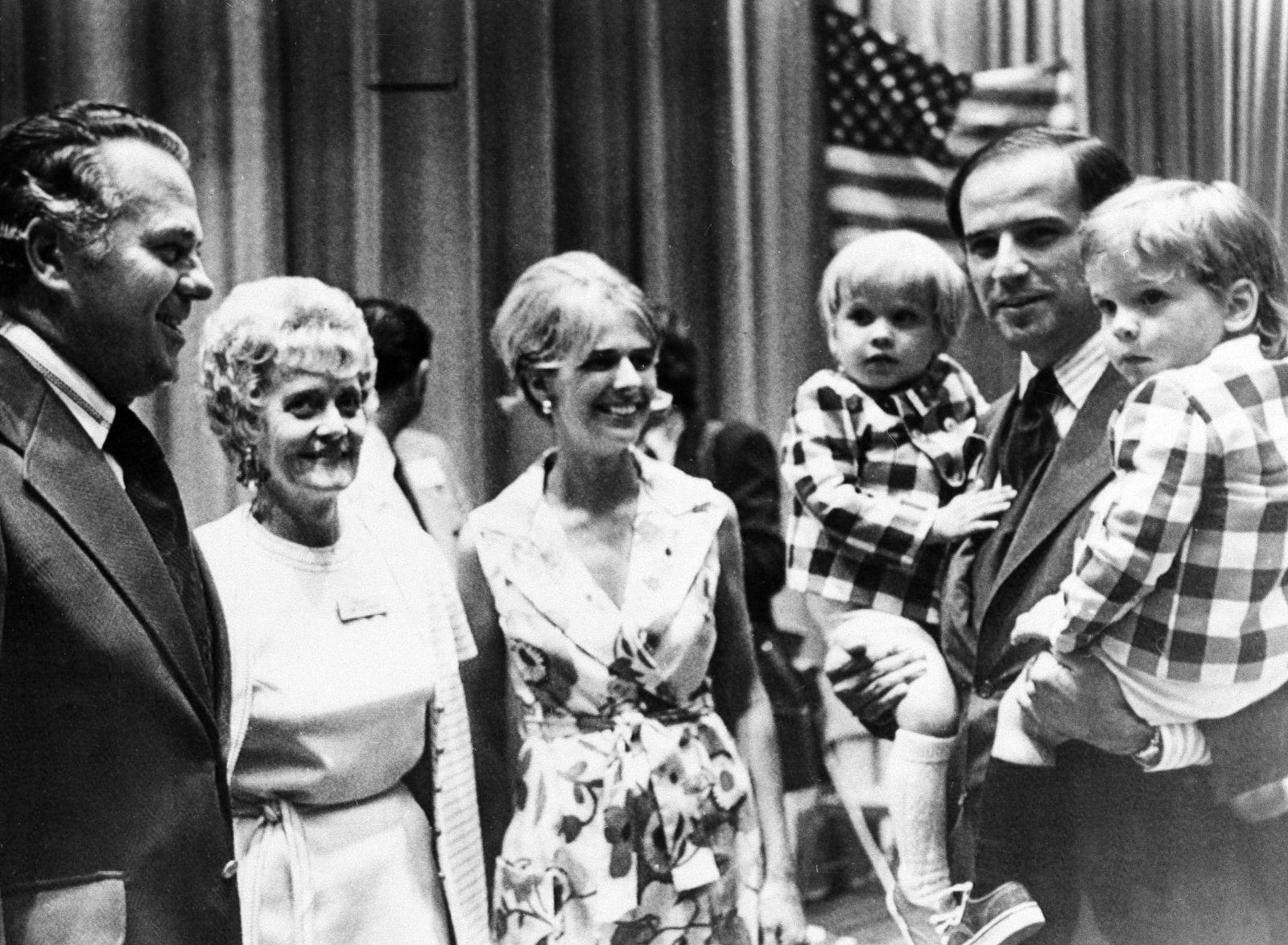 બાઈડન વર્ષ 1972માં ડેલવેરમાં ડેમોક્રેટીક કન્વેન્શનમાં ભાગ લેતી વખતે તેમના દિકરા બ્યુ (ડાબી બાજુ) અને હંટર સાથે દેખાય છે. તેમની પત્ની નિલિયા પણ સાથે છે.
