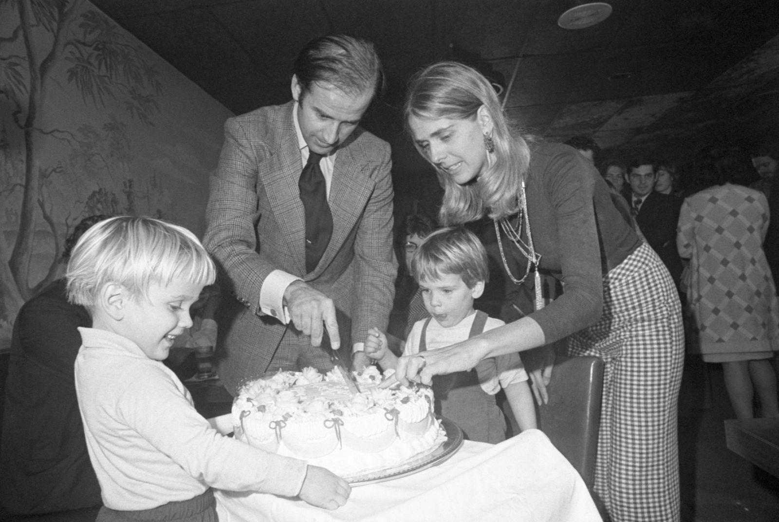 બાઈડન નવેમ્બર,1972માં તેમના 30મા જન્મ દિવસ નિમિતે કેક કાપતા નજરે પડે છે