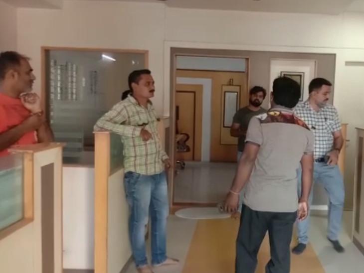 ઇન્ડિયા ઇન્ફોલાઇન ફાઇનાન્સની ઓફિસમાં કર્મચારીઓ