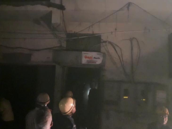 સુરતના લિંબાયતમાં ગોપી પ્લાસ્ટિક નામના કારખાનામાં આગ ફાટી નીકળી, ફાયર વિભાગે 10 મિનિટમાં આગ પર કાબૂ મેળવ્યો સુરત,Surat - Divya Bhaskar