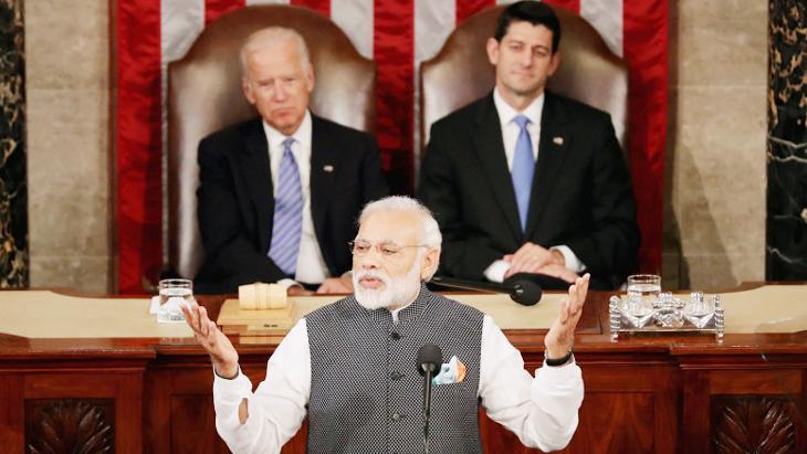 भारत के प्रधान मंत्री नरेंद्र मोदी ने संयुक्त राज्य में ओबामा प्रशासन के दौरान 2016 में वाशिंगटन में संसद के संयुक्त सत्र को संबोधित किया।  तस्वीर में पीछे, तत्कालीन उप-राष्ट्रपति जो बिडेन (अब नव निर्वाचित राष्ट्रपति) और हाउस स्पीकर पॉल रयान चुपचाप पीएम मोदी को सुन रहे हैं।