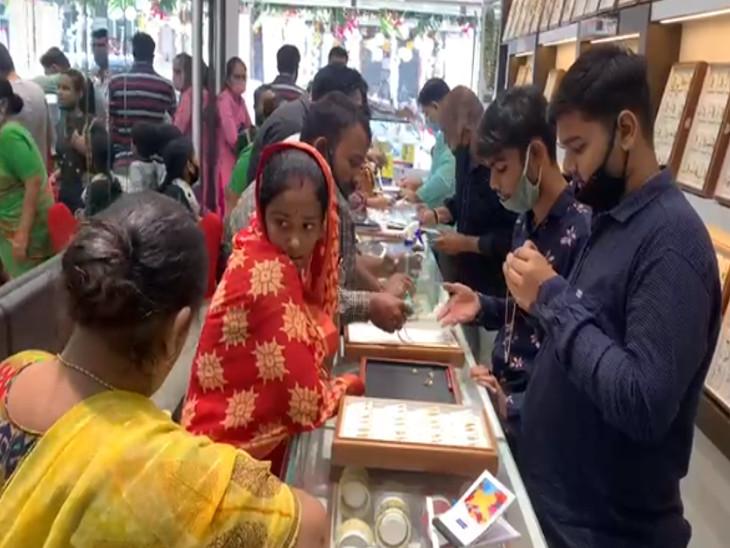 કોરોના વચ્ચે પણ ધનતેરસના દિવસે લોકોએ સોનું ખરીદી શુકન સાચવ્યું, સોનાના ભાવ ઘટતાં ધનતેરસ, દિવાળીનાં 50 ટકા બુકિંગ થયાં રાજકોટ,Rajkot - Divya Bhaskar