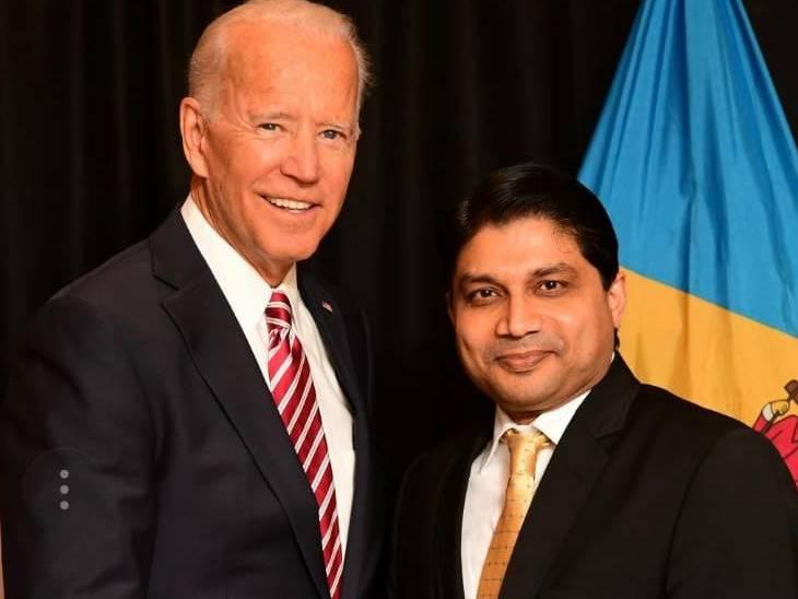 भारतीय व्यवसायी पलाश गुप्ता के साथ जो बिडेन।