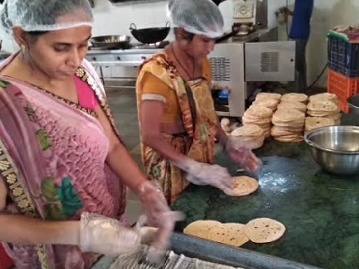યુનિટમાં 10 જેટલી મહિલા કામ કરે છે અને રોજગારી મેળવી રહી છે.