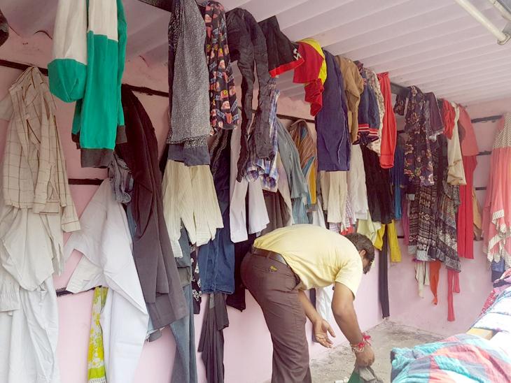 લોકો કપડાં પહેરીને ટ્રાય કરે છે અને પસંદ આવે તે લેતા જાય છે