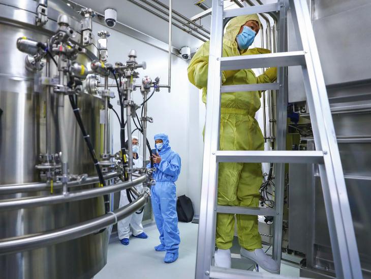 ચીનની એક લેબમાં સફાઈ કરી રહેલો સ્ટાફ, એક રિપોર્ટ પ્રમાણે, ચીને તેના 10 લાખ નાગરિકોને સાયનોફાર્મ વેક્સિન લગાવી છે.