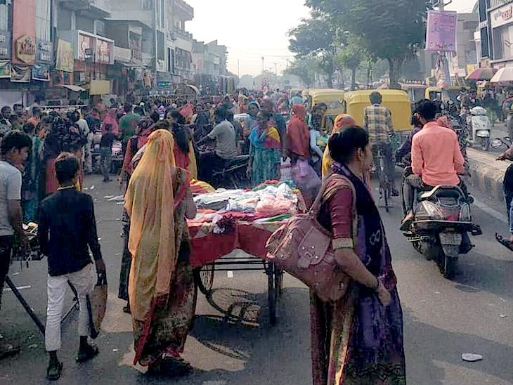 દિવાળી દરમિયાન બાપુનગરની બજારોમાં પણ લોકો મોટી સંખ્યામાં બજારમાં ખરીદી માટે પહોંચતી હતી