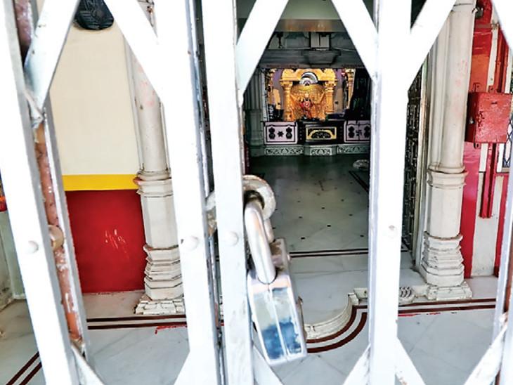 કર્ફ્યૂને પગલે નગરદેવી ભદ્રકાળી મંદિરમાં તાળા લાગેલા જોવા મળ્યા હતા - Divya Bhaskar