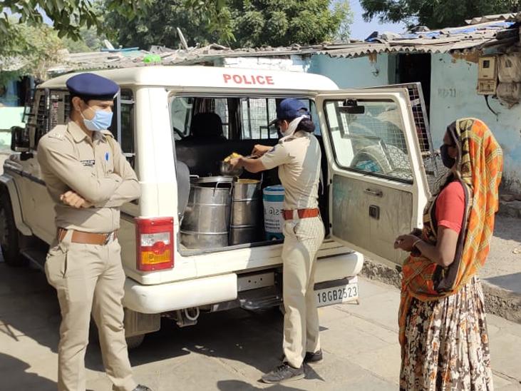 રિવરફ્રન્ટ વેસ્ટ પોસ્ટ વિસ્તારના રામ ઝરુખામાં જરૂરિયાતમંદને પોલીસ દ્રારા ફૂડ પેકેટનું વિતરણ