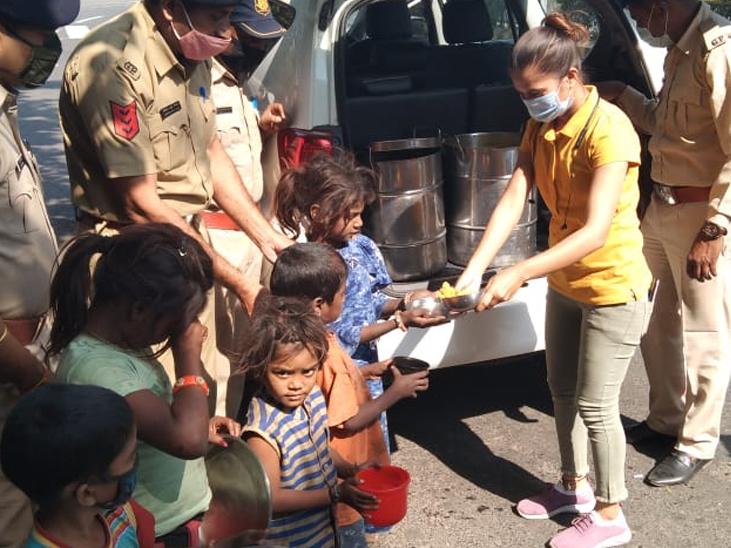પોલીસ અને અલગ અલગ NGO દ્વારા જમવાનું પહોંચાડવામાં આવ્યું હતું