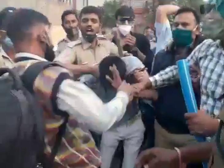 રાજકોટ મનપાની દબાણ હટાવ શાખા પર હુમલો કરતા લારીધારકને લોકોએ જાહેરમાં ફટકાર્યો - Divya Bhaskar