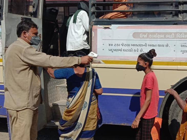 ગોંડલ એસ.ટી.બસ સ્ટેન્ડમાં મુસાફરોની સઘન તપાસણી બાદ જ બસમાં પરિવહન માટે પ્રવેશ અપાય છે ગોંડલ,Gondal - Divya Bhaskar