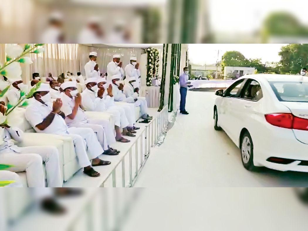 કોરોના સંક્રમણ અટકાવવા કારમાં બેઠા બેઠા જ મૃતકના પરિવારજનોને સાંત્વના... રાજકોટ,Rajkot - Divya Bhaskar