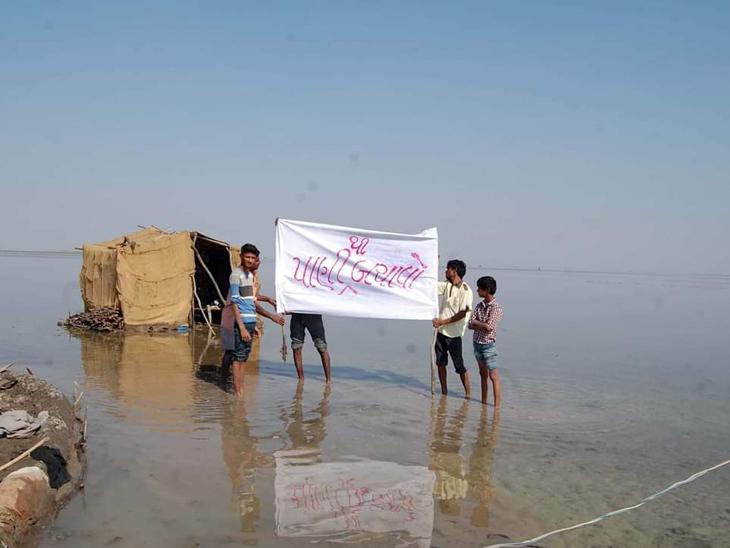 નર્મદાના પાણી ફરી વળતા પાણીથી બચાવોના બેનર લઇને ઉભા રહેલા અગરિયાઓ - Divya Bhaskar