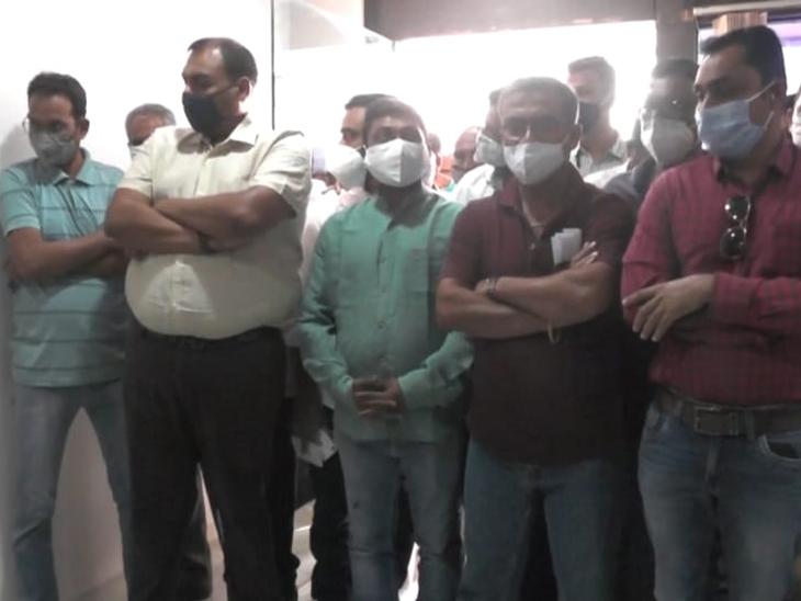 નગરપાલિકાએ કોઇ સુવિધા ન આપતા ગ્રામજનોએ ધારાસભ્ય પિયુષ દેસાઈને ફરિયાદ કરી - Divya Bhaskar