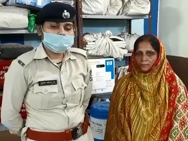 મહિલા પોલીસ કર્મી સાથે આરોપી મહિલા