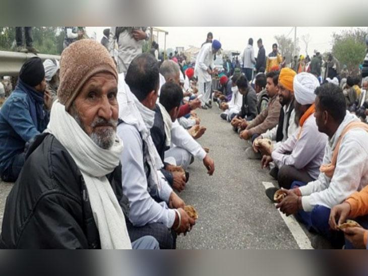 પોલીસે અટકાવ્યા તો રસ્તા પર જ બેસી ગયા ખેડૂતો