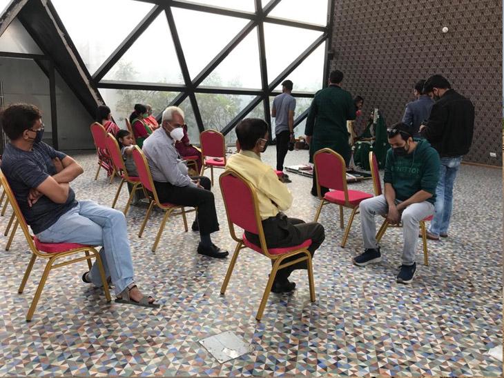 લગ્ન સ્થળે પણ સોશિયલ ડિસ્ટન્સ જાળવવામાં આવે છે. - Divya Bhaskar
