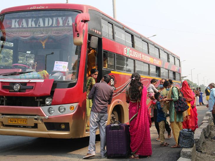 પોલીસની પરવાનગી અનિવાર્યતાની સાથે લગ્નસરા હોવાથી શહેર બહારથી આવતી જાનની બસના તમામ પેસેન્જરોને ચેક કરવામાં આવે છે. - Divya Bhaskar