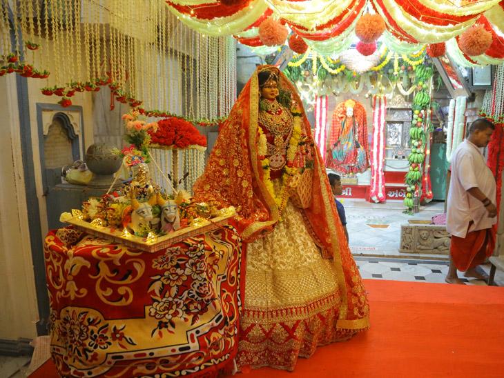 જૂના અંબાજી સહિત શહેરના વિવિધ મંદિરોમાં ઉજવણી કરાઈ, શ્રદ્ધાળુઓએ દર્શન કર્યા|સુરત,Surat - Divya Bhaskar