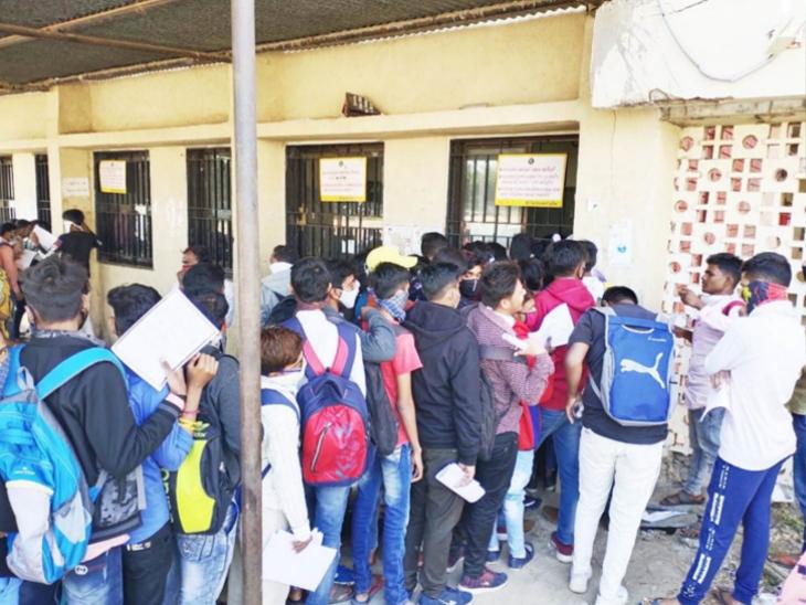 કોરોનાની ગંભીર સ્થિતિ વચ્ચે પણ સેક્ટર-15ની સરકારી વિનયન કૉલેજમાં બીએના સેમેસ્ટર-3 અને 5માં ઓફલાઇન પ્રવેશપ્રક્રિયા યોજાતાં વિદ્યાર્થીઓ ટોળે વળ્યા હતા. - Divya Bhaskar
