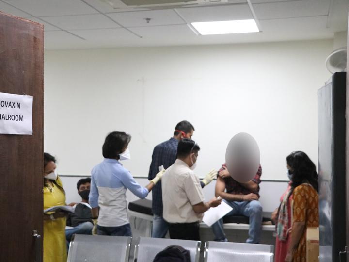સોલા સિવિલના મેડિસિન વિભાગમાં ગુરુવારે કોરોના વાઈરસની રસી 'કોવેક્સિન'નું ટ્રાયલ શરૂ કરવામાં આવ્યું છે. પહેલાં દિવસે 5 વોલન્ટિયર્સને રસી મુકવામાં આવી હતી. - Divya Bhaskar