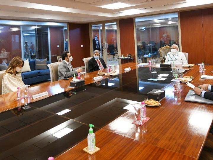 સીરમ ઈન્સ્ટિટ્યૂટના અધિકારીઓ સાથે વાત કરી રહેલા PM મોદી.