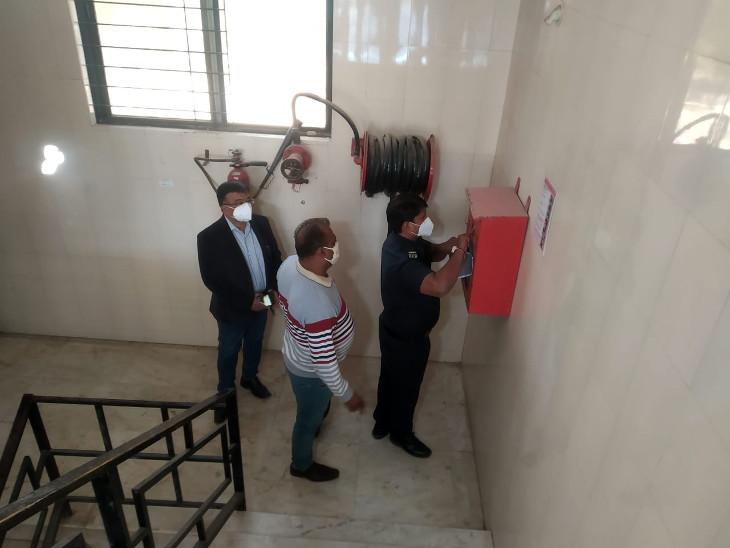 રાજકોટ હોસ્પિટલ અગ્નિકાંડના 48 કલાક બાદ ફાયર વિભાગ જાગ્યું, કોવિડ હોસ્પિટલોમાં ચેકિંગ, હોપ કોવિડ હોસ્પિટમાં આવવા-જવા માટે એક જ દરવાજો રાજકોટ,Rajkot - Divya Bhaskar