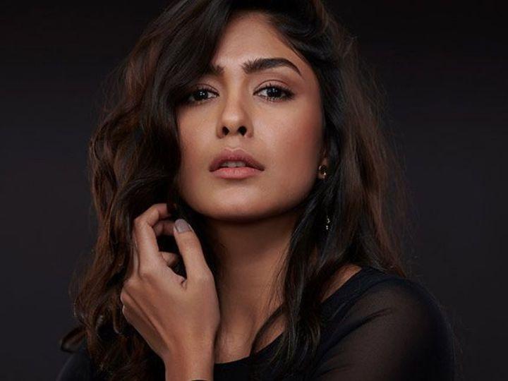 મૃણાલ ઠાકુરે 'જર્સી' ફિલ્મનું શૂટિંગ શરુ કર્યું, કહ્યું, 'હું કોઈ પણ કામ વગર ઘરે બેસી શકું છું, પરંતુ મારા યુનિટને પગાર નહિ મળે'|બોલિવૂડ,Bollywood - Divya Bhaskar