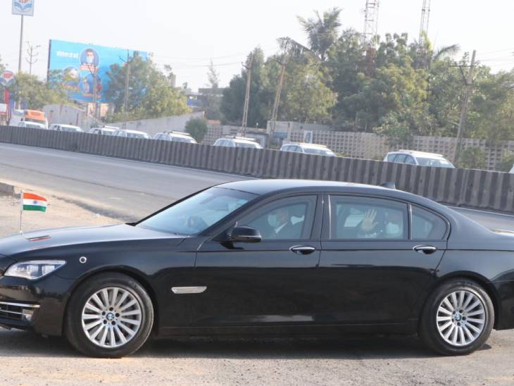 બ્લેક BMW કારમાં PM મોદી ઝાયડ્સ પહોંચ્યા.