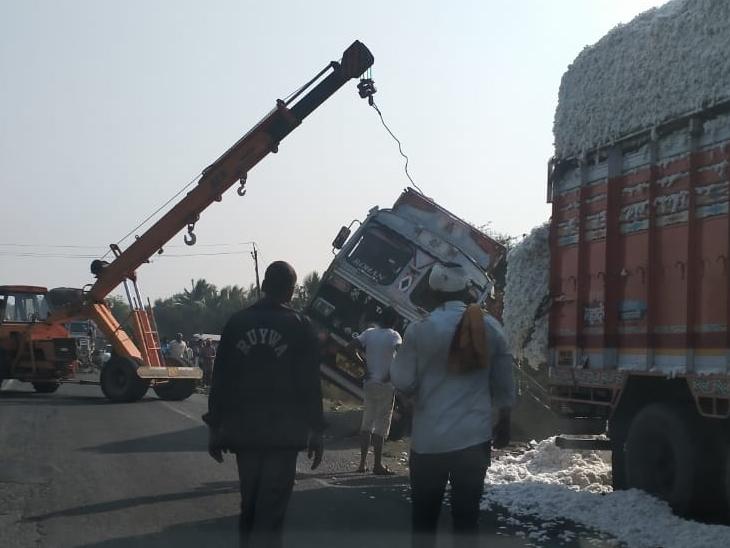 નલધરી પાસે સામેથી આવતી ટ્રકથી બચવા જતા કપાસ ભરેલી ટ્રક પલટી. - Divya Bhaskar