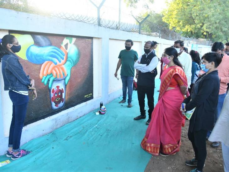 સે-17 વાયબ્રન્ટ એક્ઝિબિશન ગ્રાઉન્ડની કમ્પાઉન્ડ વોલ પર ચિત્રો દોરાયા - Divya Bhaskar