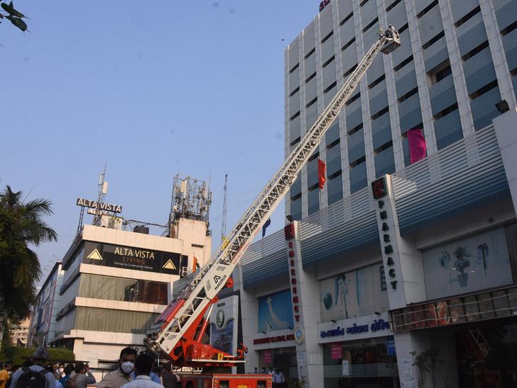 મોકડ્રીલ : લેડરનો ઉપયોગ કરી હોસ્પિટલ સ્ટાફ-દર્દીને બચાવાયા - Divya Bhaskar